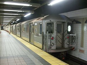 English: New York City Subway, train R62 at Gr...