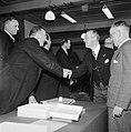 Groep mannen rondom een tafel waarvan er twee elkaar de hand drukken rechts bur, Bestanddeelnr 255-8564.jpg