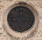 Gros plan sur le vitrail du portail de l'église de Saint-Lupicin depuis un drone.JPG