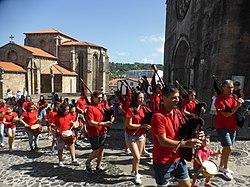 Grupo de gaitas ante las iglesias de San Francisco y Santa María, en Betanzos. Galicia, España.jpg