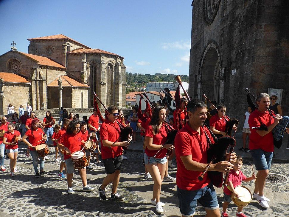 Grupo de gaitas ante las iglesias de San Francisco y Santa María, en Betanzos. Galicia, España