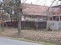 Ház kéziszerszámokkal díszitett falu tornáccal, Dózsa György utca, 2019 Isaszeg.jpg