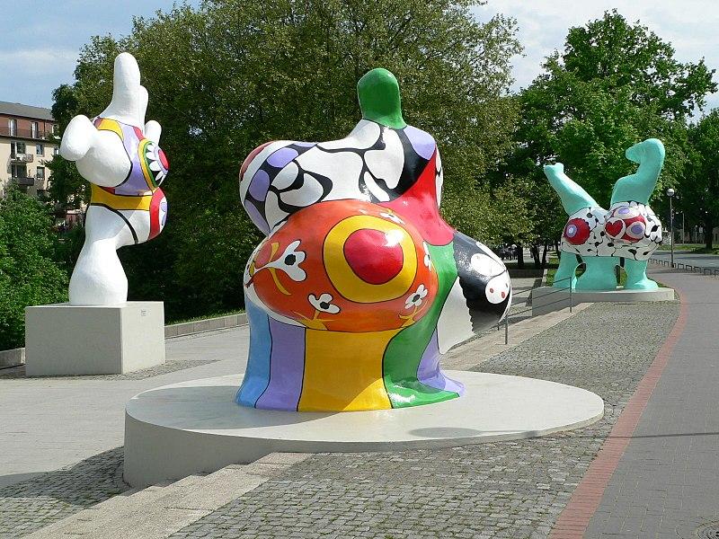 http://upload.wikimedia.org/wikipedia/commons/thumb/1/10/Hannover_nanas1.jpg/800px-Hannover_nanas1.jpg