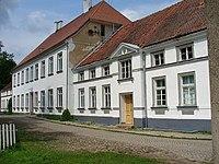 Hauptgebäude des Trakehner-Gestütes.jpg