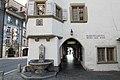 Haus zum Rosengarten, Ecke mit Brunnen und Wappen.jpg