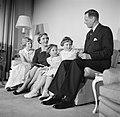 Het Deense Koninklijk gezin in hun woning in paleis Brockdorff in Slot Amalienbo, Bestanddeelnr 252-8590.jpg