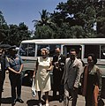 Het koninklijk paar in Bandung, Rechts de gouverneur van West-Java en zijn vrouw, Bestanddeelnr 254-9046.jpg