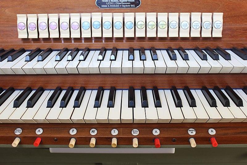 Datei:Heuchelheim - alte Martinskirche - Orgel - Spieltisch 02.jpg