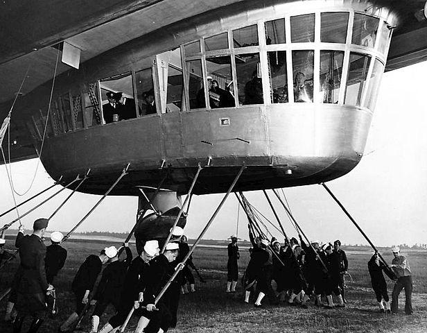 Ouvre boite LZ 219 Hidenburg [Revell 1/720] 616px-Hindenburg_gondola_and_mooring_1936
