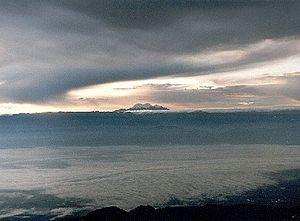 Valle del Cauca visto desde los Farallones de Cali, al fondo el Nevado del Huila.