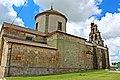 Iglesia de Santa María de Sando en una vista lateral.jpg