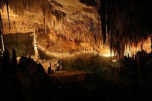 Descripcion del lugar. 300px-Interior_de_las_Cuevas_del_Drach