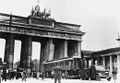 Juin 1940 Wagon de l'armistice frachissant la porte de Brandebourg à Berlin.jpg