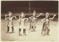 KITLV 3907 - Kassian Céphas - Young dancers from the Kraton Yogyakarta perform a dance called Beksan Djajeng Rahinan with Sentjaki Councils and Boards Boeris Rawa - Around 1885.tif