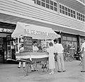 Kar met opschrift 'De Gezonde Apotheek' met Hollandse Nieuwe in Paramaribo, Bestanddeelnr 252-4884.jpg