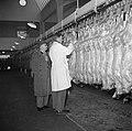 Keuring van het vlees aan de slachtlijn van de vleeshallen in het deel waar vark, Bestanddeelnr 252-9058.jpg