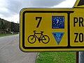 Klecánky, u přívozu, cyklistická směrovka, označení cyklotras.jpg
