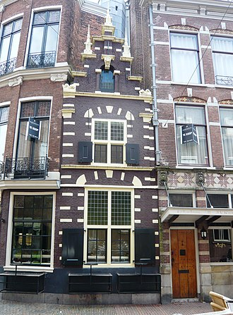 Lieven de Key - This small facade is said to be a masterpiece or demonstration of De Key's abilities, who built it to prove his mastery of the art of masonry and architectural design. It faces the city hall side entrance, where the decision makers of the Haarlem council met.