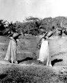 Kvinnor bära hem vatten. Samma som i foto 5045. Missionsstn. Cavinas, nära Rino Beni, Bolivia - SMVK - 005046.tif