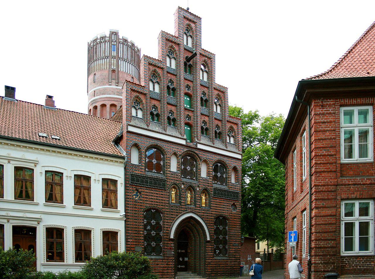 1280px-L%C3%BCneburg_-_Kalandhaus_01_ies.jpg