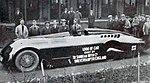 La 'Mystery Z' d'Henry Segrave sortant des usines Sunbeam à Wolverhampton, pour aller battre aux USA le RM de vitesse à Daytona Beam (1927).jpg