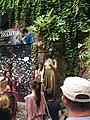 La statua di Giulietta con alcuni turisti.jpg