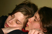 Una coppia omosessuale femminile.