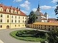 Lipník nad Bečvou, zámek, nádvoří a kostel.jpg