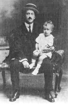 Antón Losada Diéguez co fillo Antón, c. 1918.