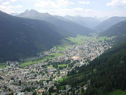 The alpine town of Davos in the Swiss Alps Luftbild Davos2.jpg