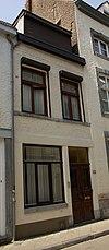 foto van Huis, waarvan de voorgevel eindigt in een trigliefenfries.