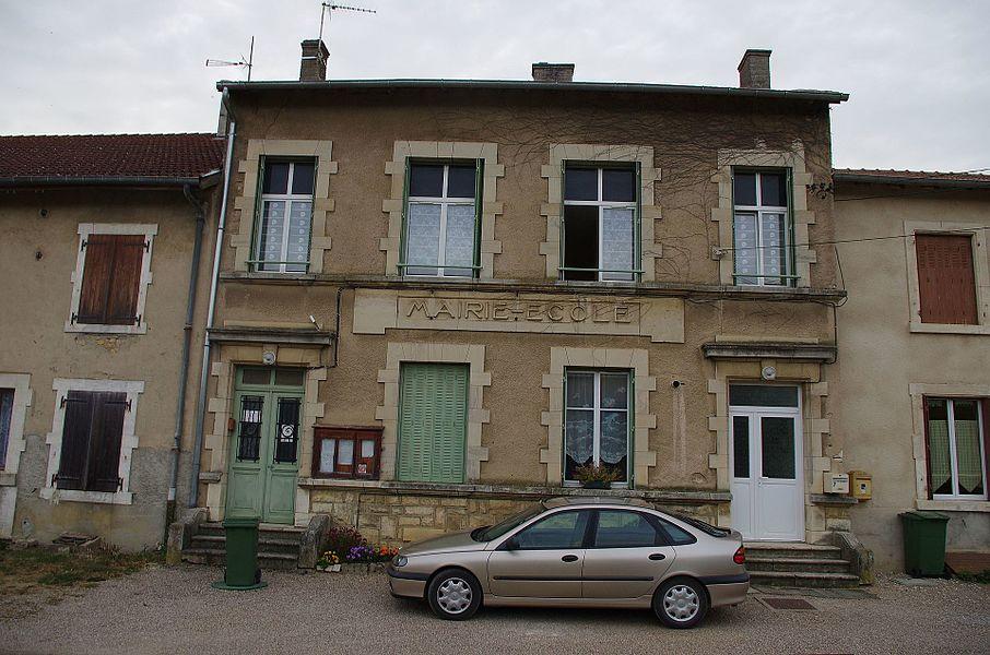 Lahayville im Department Mosel in Lothringen. Die Verwaltung und die Schule des Ortes.
