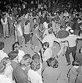 Mensen dansen in een kring op straat, Bestanddeelnr 255-1921.jpg