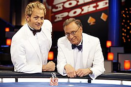 Lee Nelson (rechts) en Mike Goldman, presentators van Joker Poker