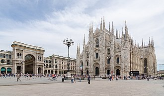 Piazza del Duomo, Milan - The piazza, looking roughly north-east to the Duomo (on the right) and the arch that marks the entrance to Galleria Vittorio Emanuele II (on the left)