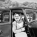 Miss Halaby aan het stuur van haar auto, Bestanddeelnr 255-1626.jpg