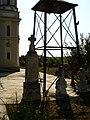 Monumentul din curtea bisericii.jpg