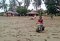 Niños juegan en Juanchaco.jpg