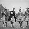 Oliebollenverkoop op de Dam Spaanse meisjes van Circo Americano met oliebollen, Bestanddeelnr 913-3474.jpg