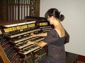 女管风琴家在演奏管风琴图片