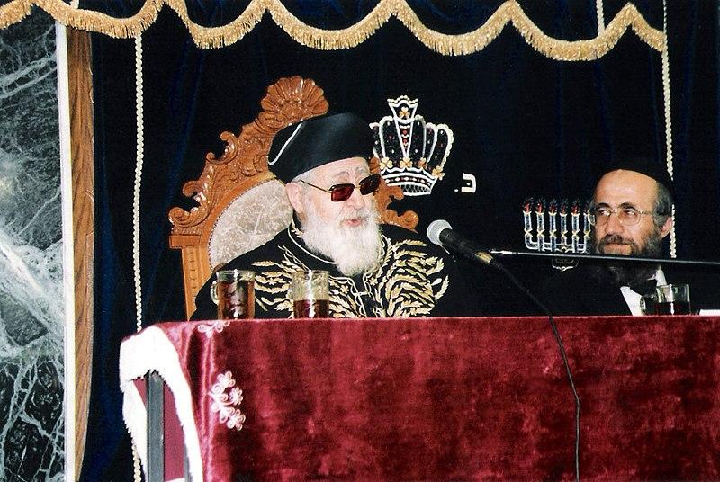 Rabbi Ovadiah Yosef speaking, presumably at a Motzei Shabbat function, in 2006.