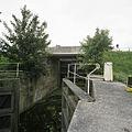 Overzicht met openstaande houten puntdeuren van de schutsluis, richting de brug over de Stolwijkse Vliet - Gouda - 20387975 - RCE.jpg