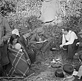 Paddy Rush (met wit hemd) vertelt temidden van mannen, vrouwen en kinderen, Bestanddeelnr 191-0816.jpg