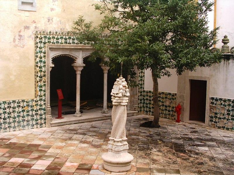 Ficheiro:Palacio Sintra patio central.JPG
