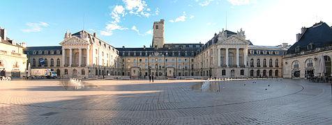 https://upload.wikimedia.org/wikipedia/commons/thumb/1/10/Palais_des_ducs_de_Bourgogne_Dijon.jpg/476px-Palais_des_ducs_de_Bourgogne_Dijon.jpg