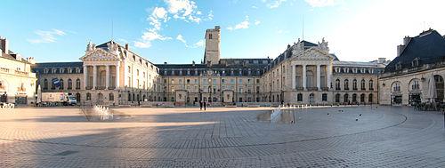 Hôtel de Ville de Dijon vu depuis la place de la Libération.