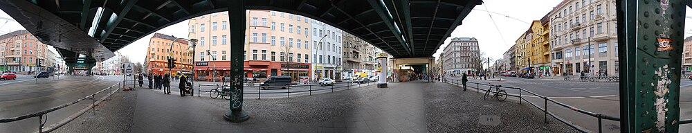 360°-Panorama der Kreuzung Schönhauser Allee mit Danziger und Eberswalder Straßev.l.n.r.: Einmündung Eberswalder Straße, Schönhauser Allee nach Norden (mit Hochbahnhof), Pappelallee, Einmündung Danziger Straße, Schönhauser Allee nach Süden, Kastanienallee
