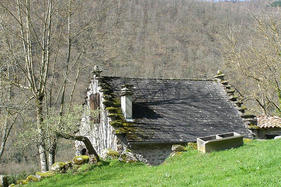 """Une grange avec pignons """"à pas d'oiseaux"""" ou pignons à redents, «pënau» en patois"""