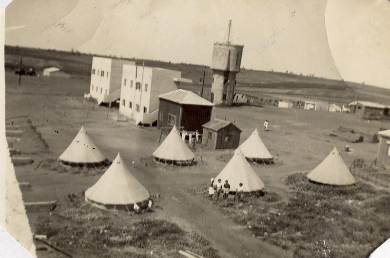 אוהלים ומבנים ראשונים ברמת הכובש
