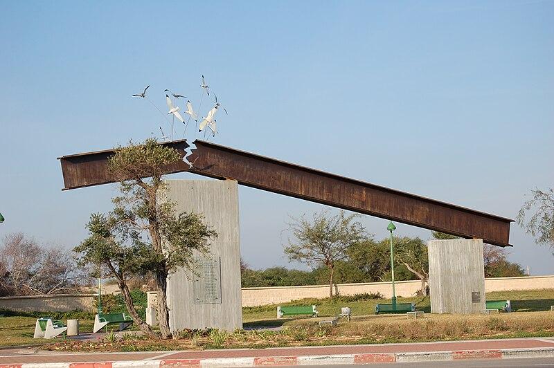 אנדרטה לזכר ההרוגים בפיגוע בנמל אשדוד